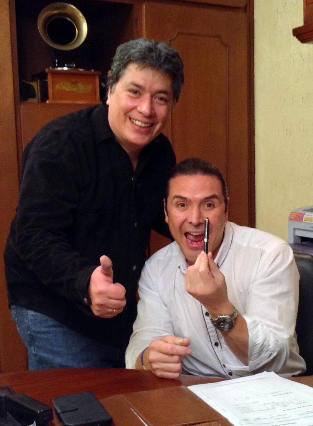 Iván Sánchez Vásquez, con Leonídas Núñez Hernández, Manager de Iván y Sus Bam Band, en su oficina de Bogotá.