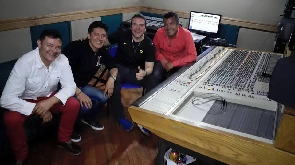Iván Sanchez Vásquez en el estudio de grabación en Bogotá. Iván y Sus Bam Band.